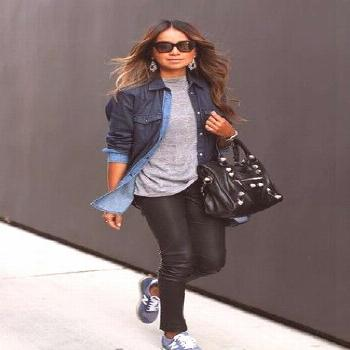 Opt for a dark blue denim shirt and black leather skinny jeans for a casual level of dress. Blue lo